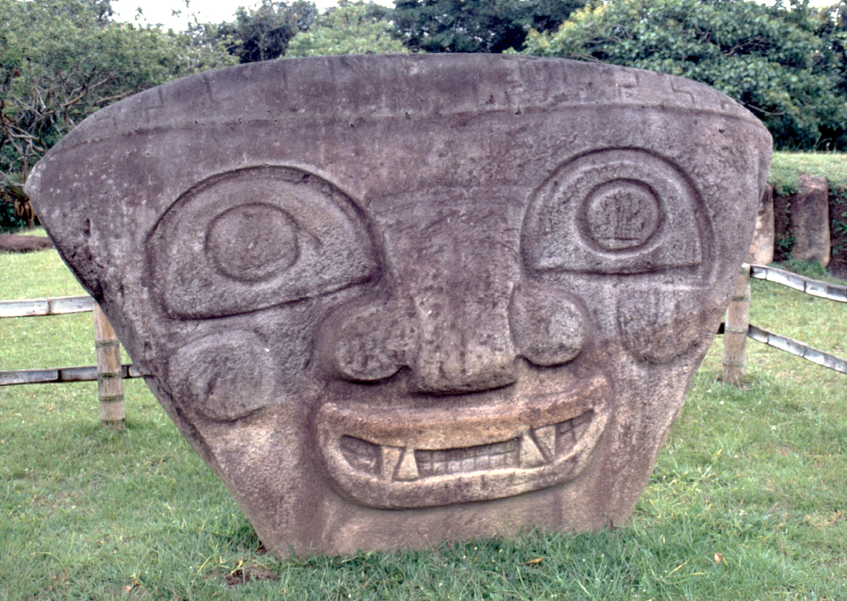Les statues de pierre dressées avant les tombes étaient censées écarter les mauvais esprits et les pilleurs. Pas sûr que celle-ci ait réussi à faire peur à beaucoup de monde, tant ce monstre a l'air jovial...