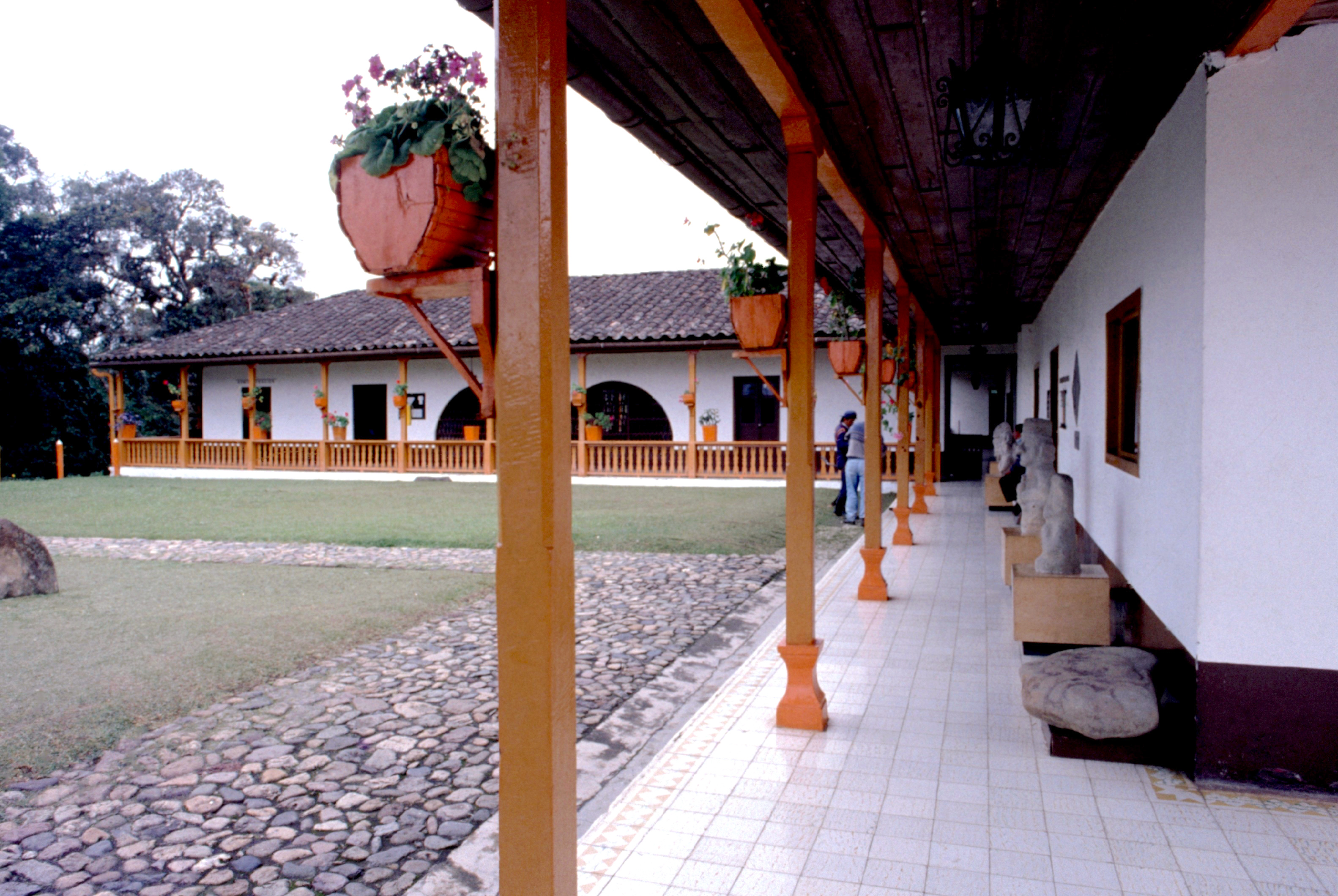 La cour du musée abritant les plus petites statues.