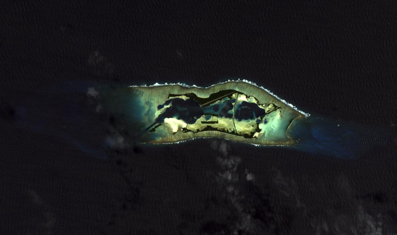 Sur ce cliché pris depuis un satellite, on aperçoit la piste d'atterrissage construite par les Américains.