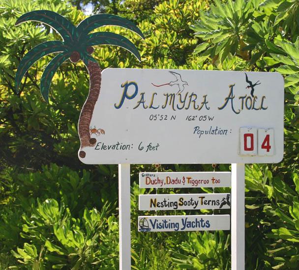 Un panneau informatif accueille les visiteurs ; ce jour-là, quatre personnes étaient sur l'île.