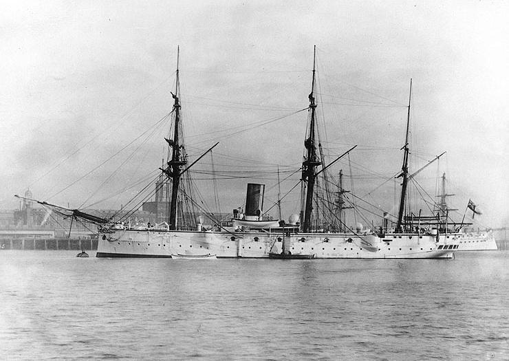 La HMS Calliope au port, un bateau à voile et à vapeur.