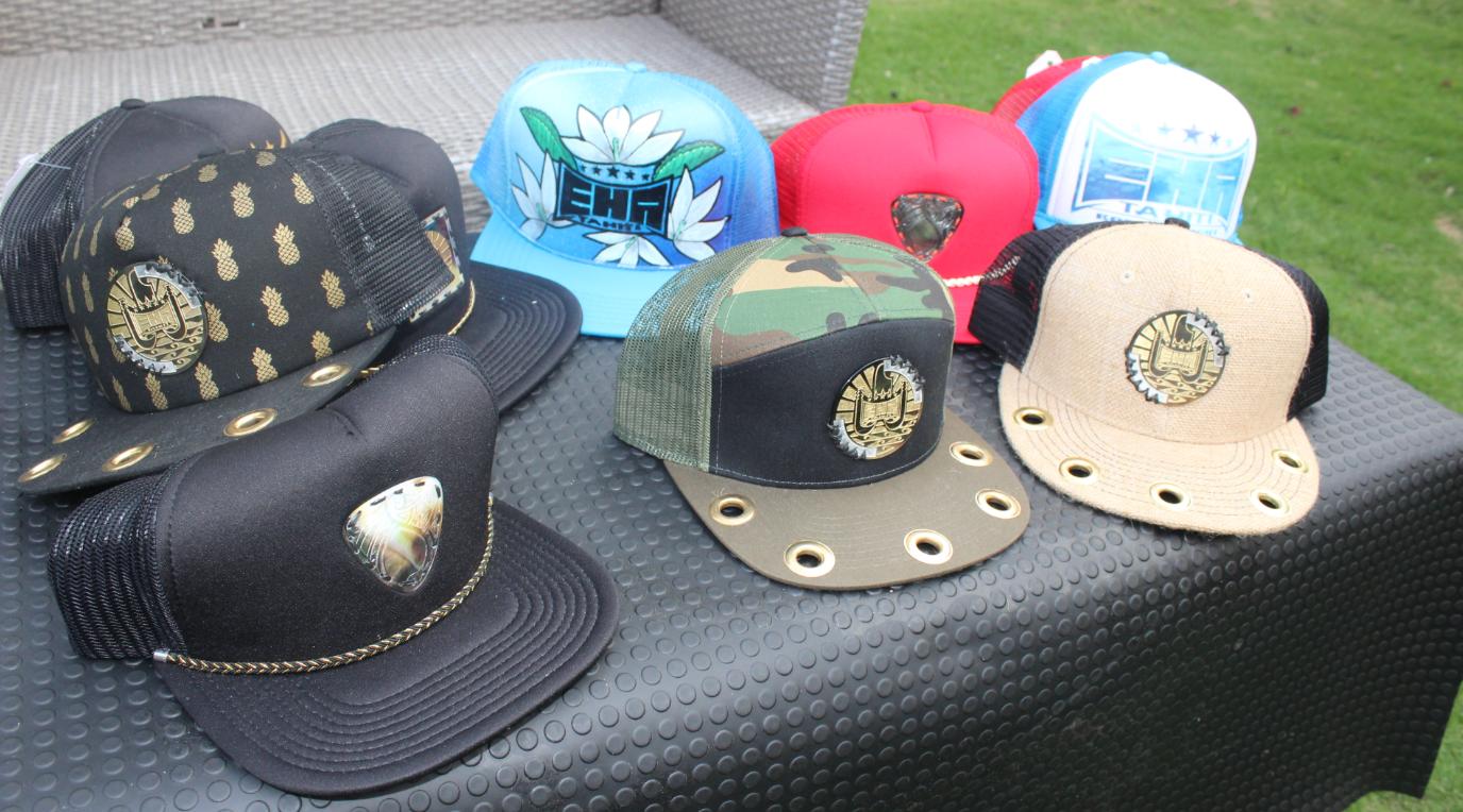 De nombreuses casquettes sont inspirées du drapeau polynésien.