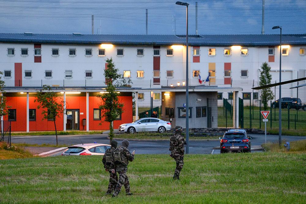 """Fin de la prise d'otage à Condé-sur-Sarthe, les surveillants """"sains et saufs"""""""