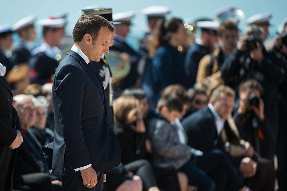 """Emmanuel Macron salue les """"héros français"""" du sauvetage en mer"""