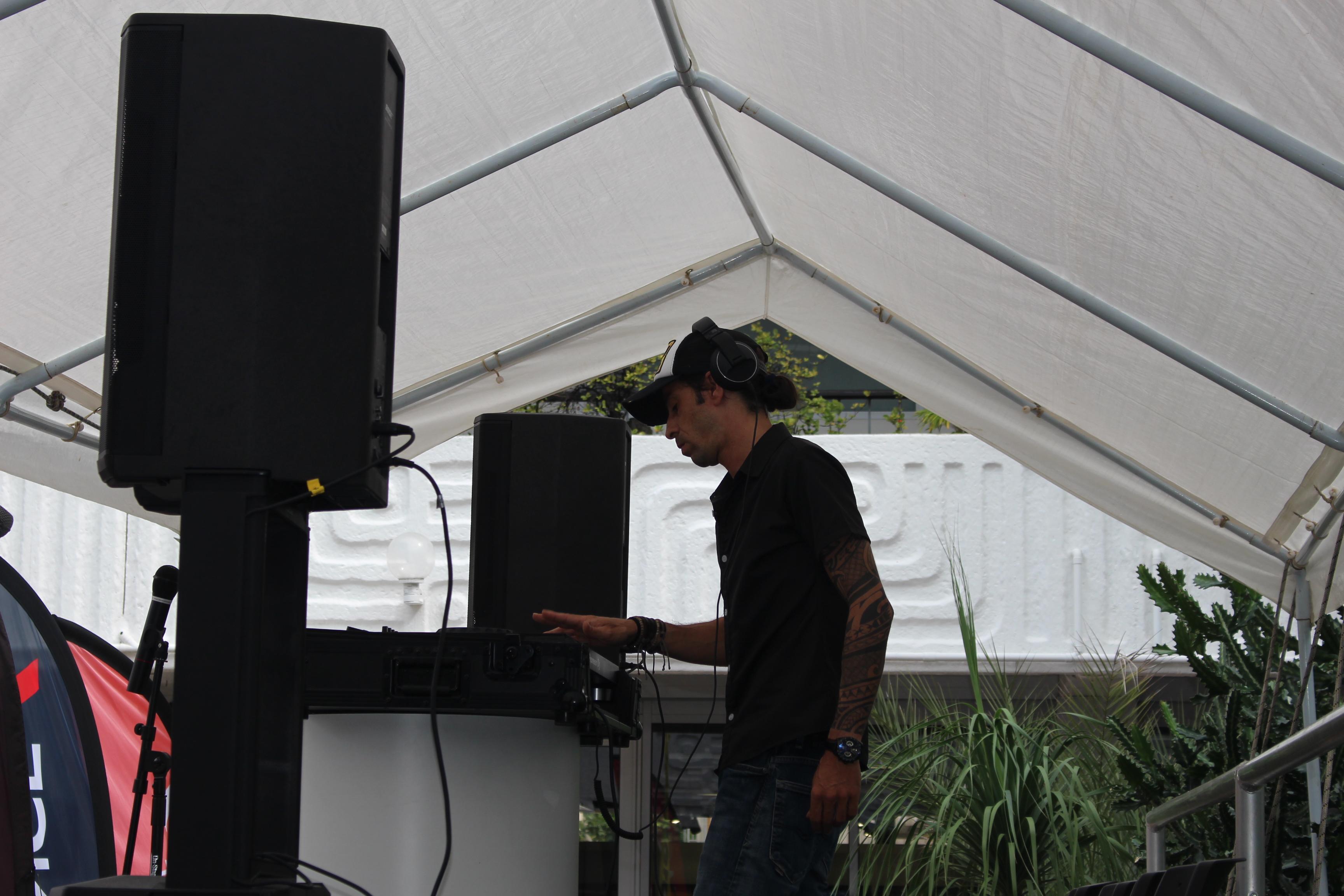 DJ nuno Da Rocha aux platines mercredi midi.