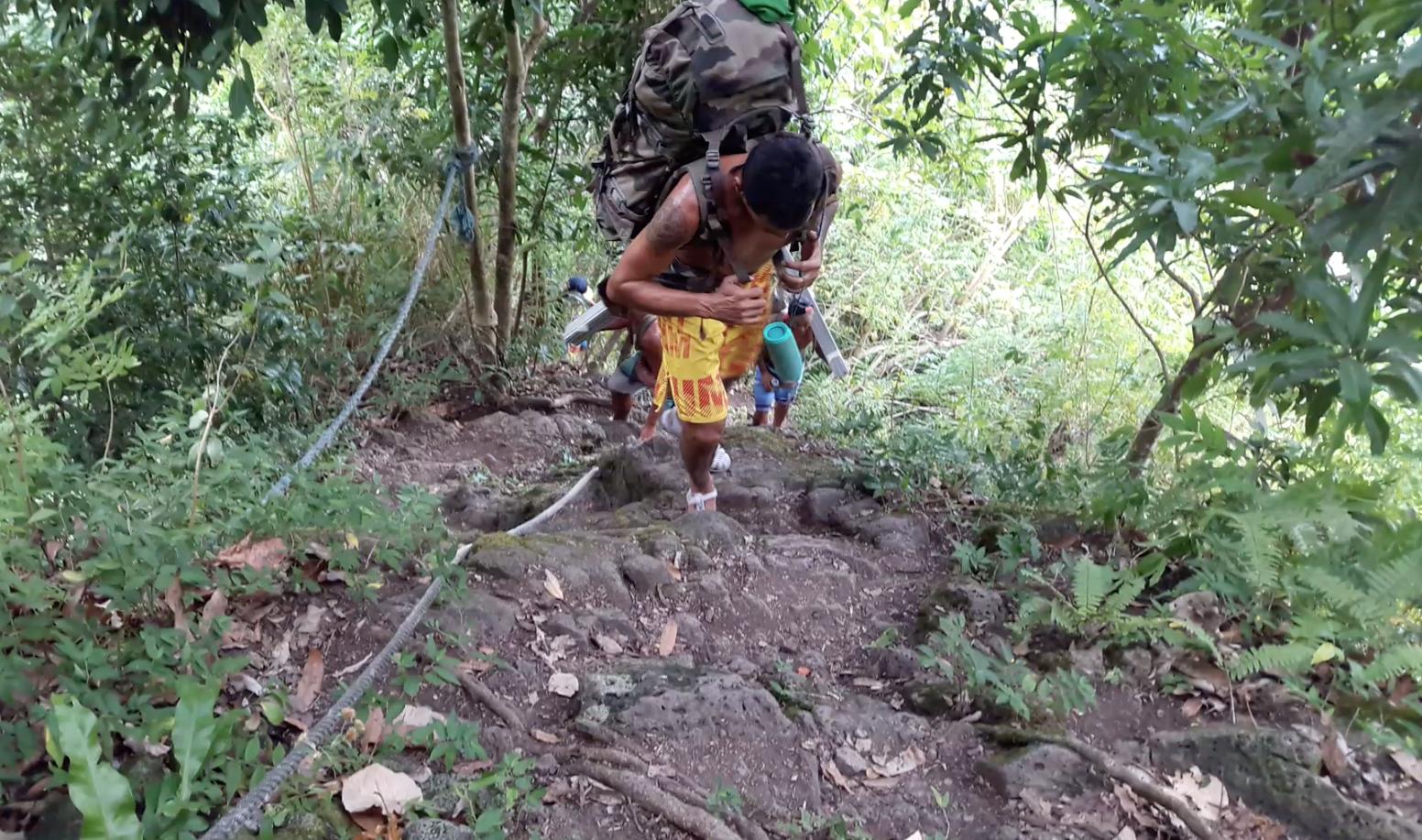 Le chemin vers le plateau de Tamanu est difficile et dangereux avec la pluie.