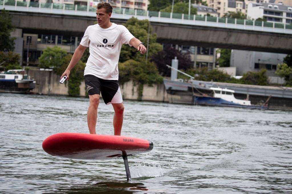 Avec le surf électrique, pas besoin de vagues sur la Seine