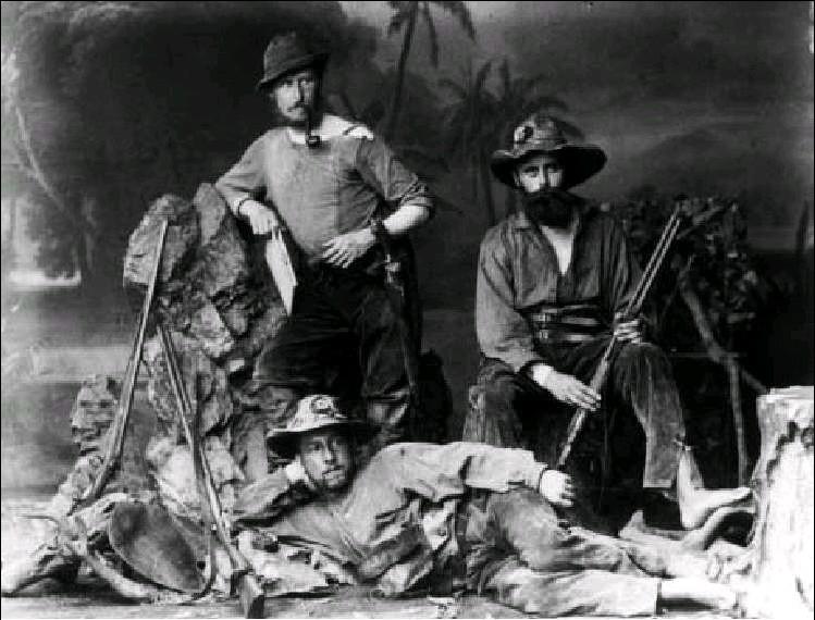 Première expédition aux sources de la rivière Xingu en 1883. Steinen est à droite, avec deux collègues allemands.