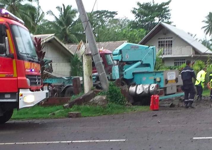 Le conducteur d'un camion porte conteneur a perdu la vie suite à un accident vendredi en fin d'après-midi à Taravao. (Photo : Facebook © Fleur Maueau)