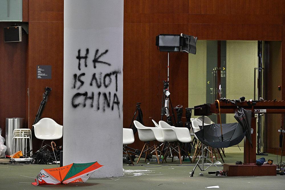 Manifestations : la dirigeante de Hong Kong condamne les violences, Pékin réclame une enquête pénale