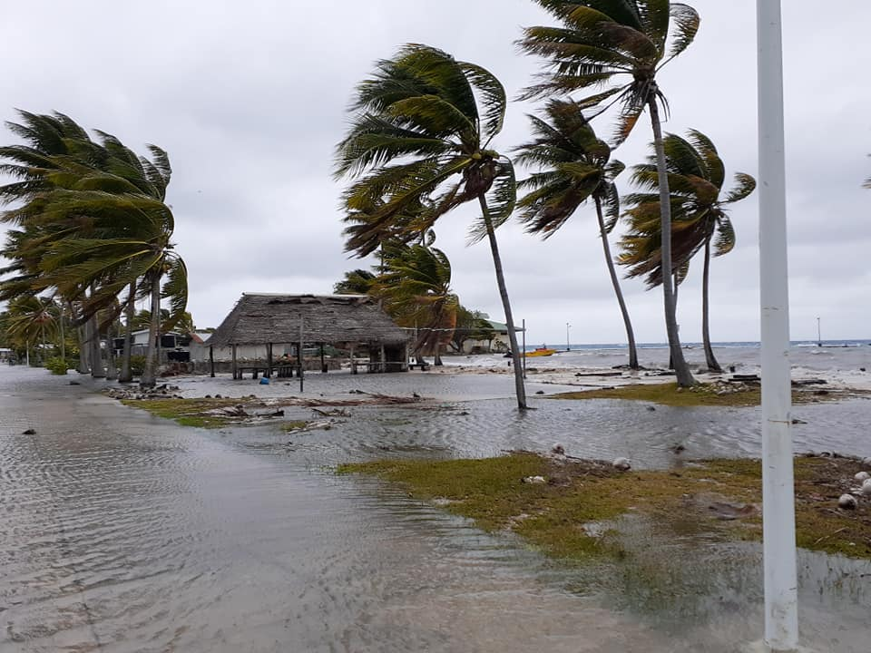 Ce mercredi une partie du village principal de Raroia et quelques habitations se sont retrouvés submergés par le lagon. (FB : Marina Moevai)