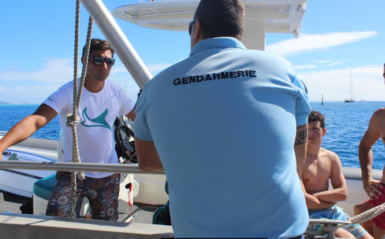 L'adjudant Benjamin Salvador, de la Brigade nautique de la Gendarmerie nationale de Papeete, interpelle des plaisanciers qui faisaient du wakeboard sans gilet de sauvetage.