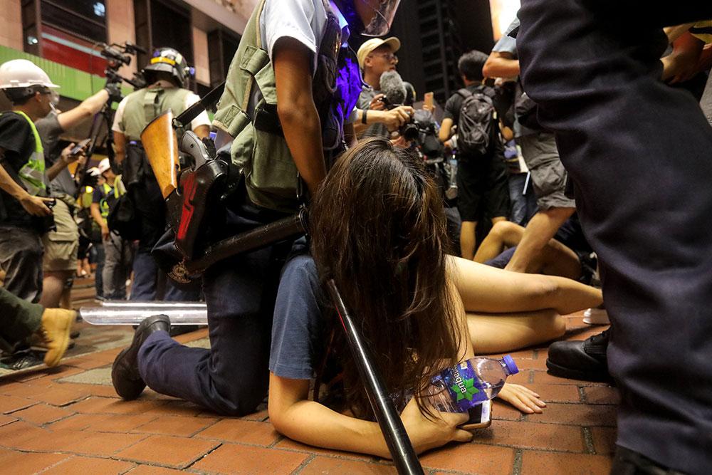 Hong Kong : charge policière à l'issue d'une nouvelle manifestation monstre