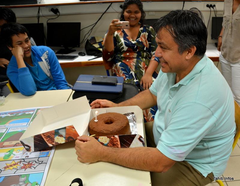 Pour remercier le dessinateur, la classe, avec leur prof de français, lui a offert un gâteau. La bougie, c'est parce que le 4 juillet était aussi l'anniversaire du dessinateur !