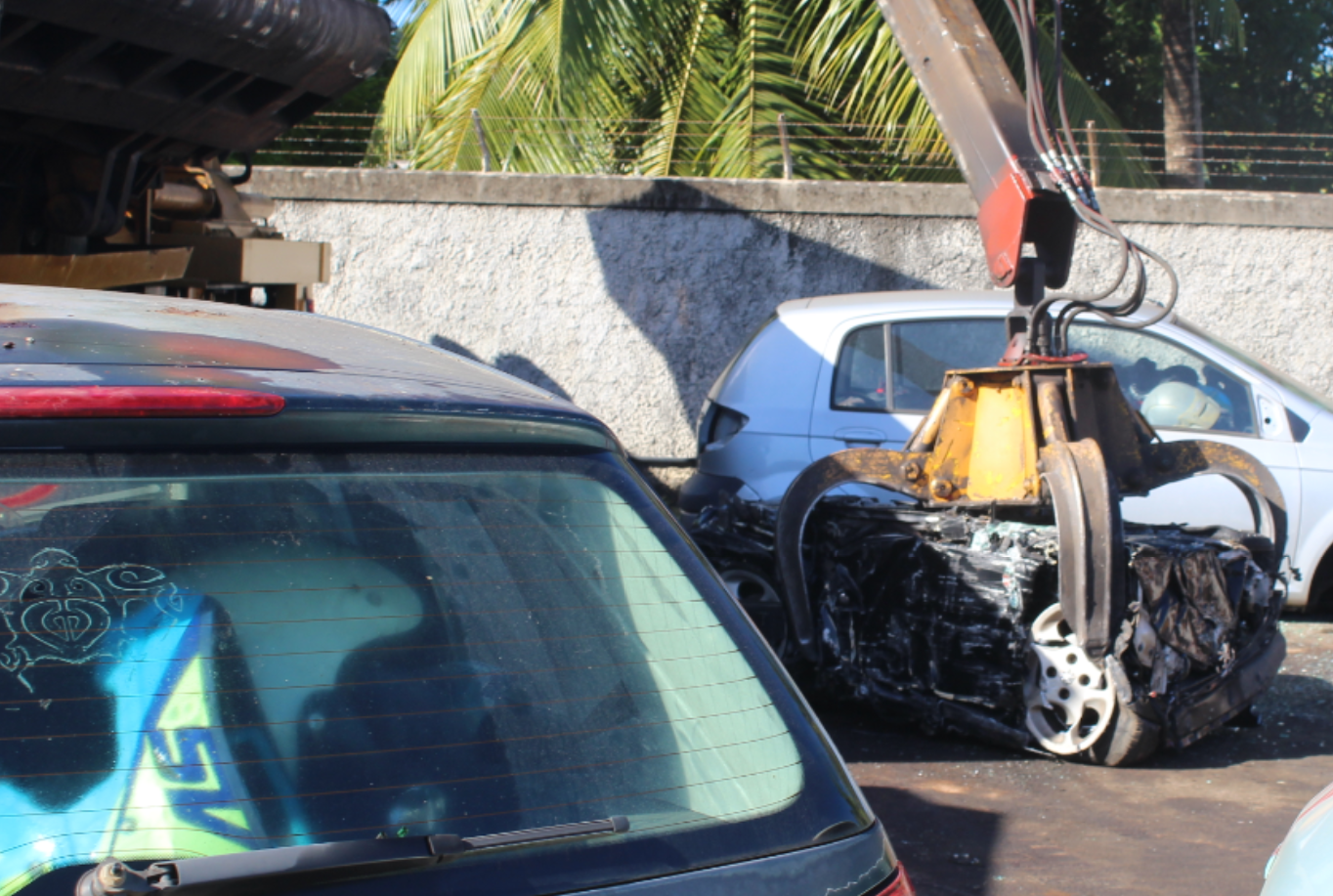 Des centaines de casques, empilés les uns au-dessus des autres dans des voitures également dans un très sale état, ont été détruits en quelques minutes.