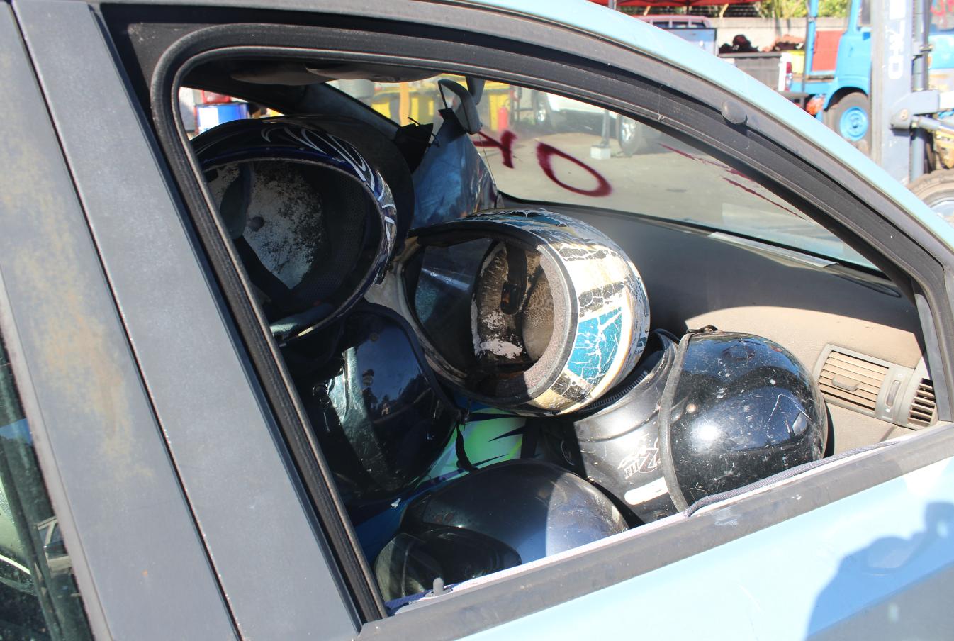 Au total, ce sont environ 400 casques et 30 kits moteur, ayant servi au débridage de deux-roues, qui ont vécu hier leur dernier leur jour.