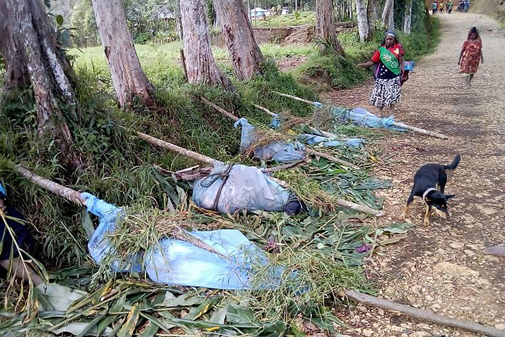 un employé des services de santé qui a publié sur les réseaux sociaux des images de dépouilles enveloppées dans des filets anti-moustiques en guise de sacs mortuaires.