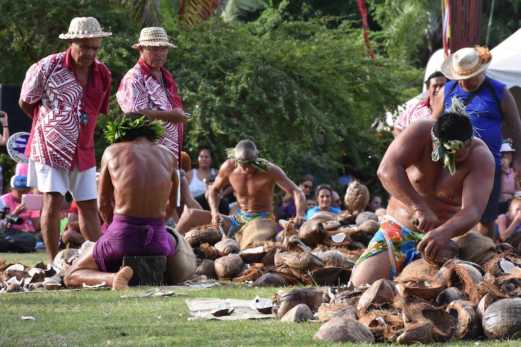 A l'épreuve du coprah, les concurrents avaient 80 cocos avant d'en extraire la noix en un temps record. Le champion a mis 18 minutes et 14 secondes.