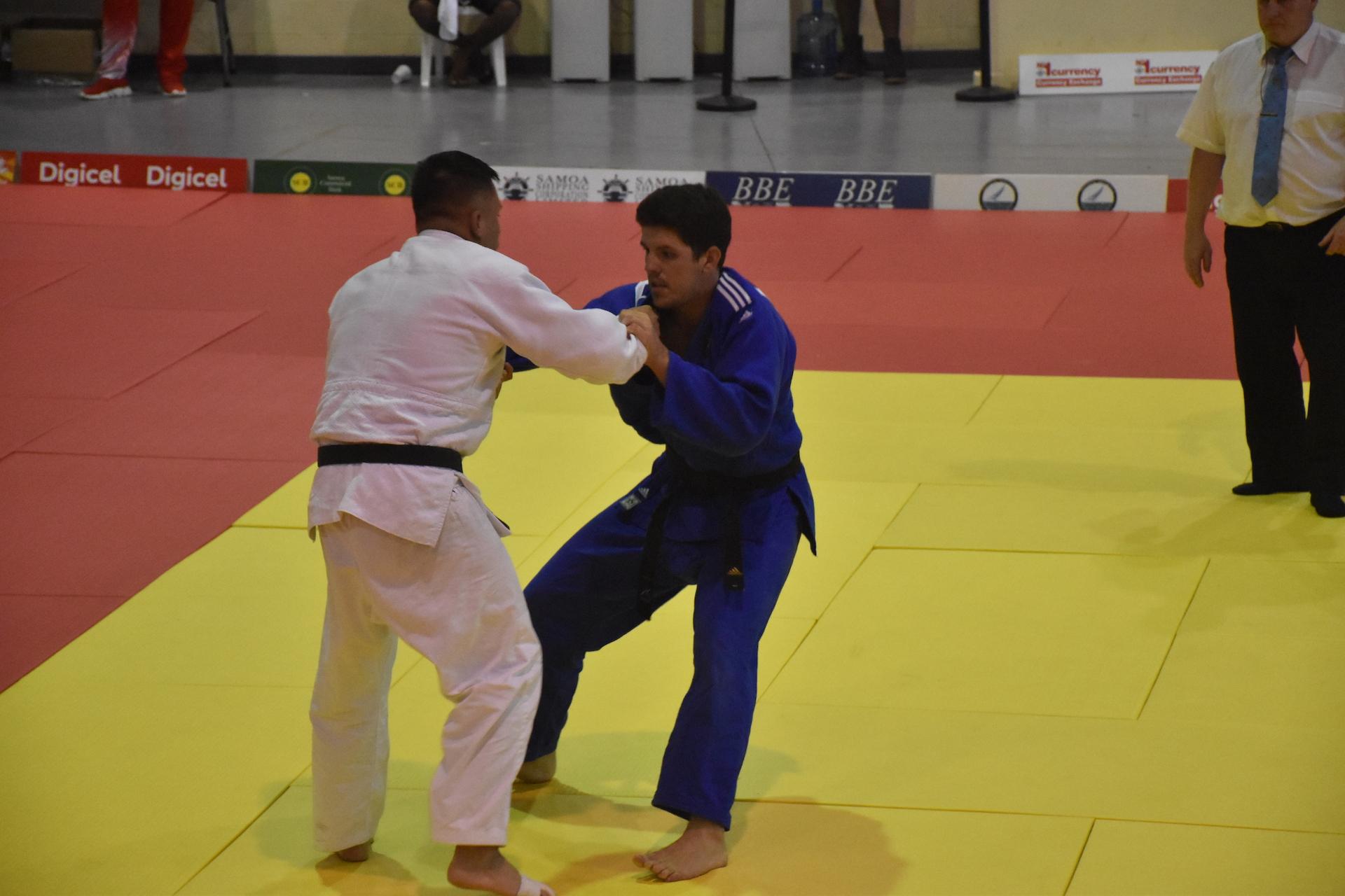 Romain Desfour (en bleu) s'est imposé en finale au golden score sur un waza-ari face à un Calédonien.