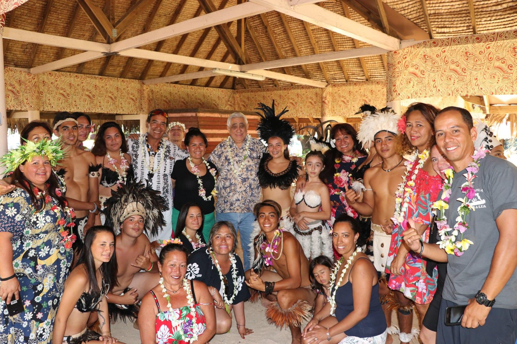 Reconnaissante, la délégation a offert aux employés de la mairie de Faa'a une prestation de danse ainsi que plusieurs cadeaux, autour d'un repas. Un moment culturel et festif.
