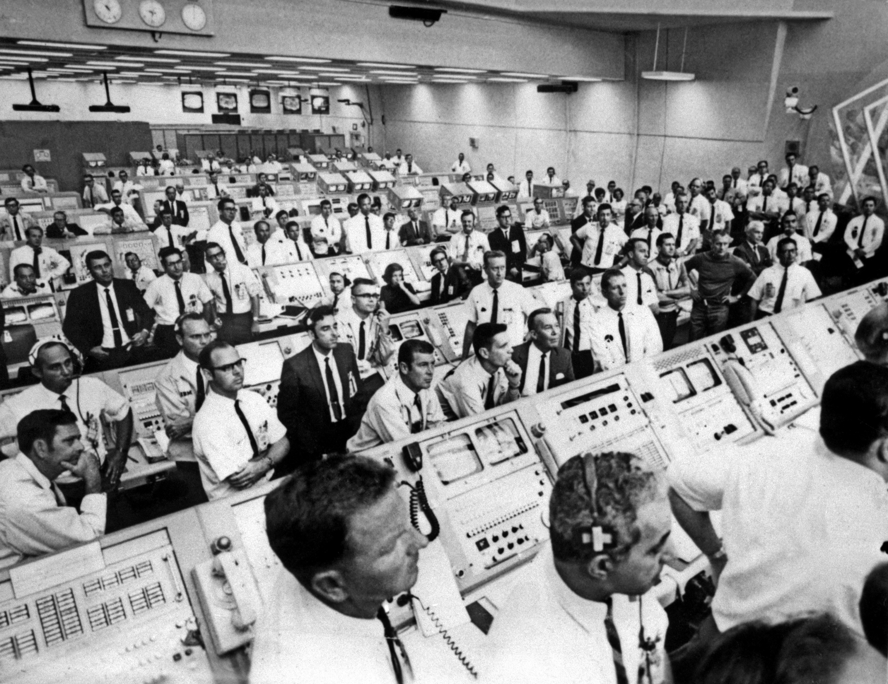 """Dans la salle de contrôle du centre spatial """"AFP PHOTO / NASA"""""""