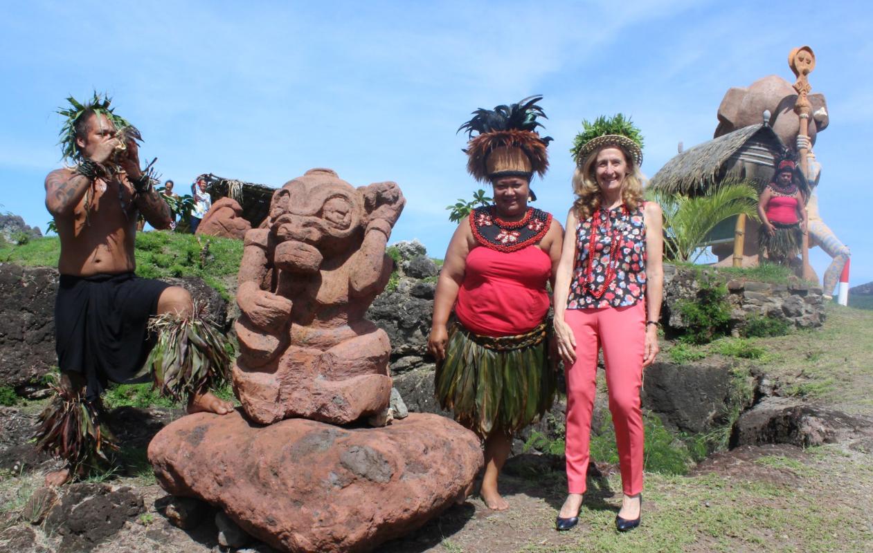 Nicole Belloubet sur le site du Tiki surplombant la baie de Taiohae.