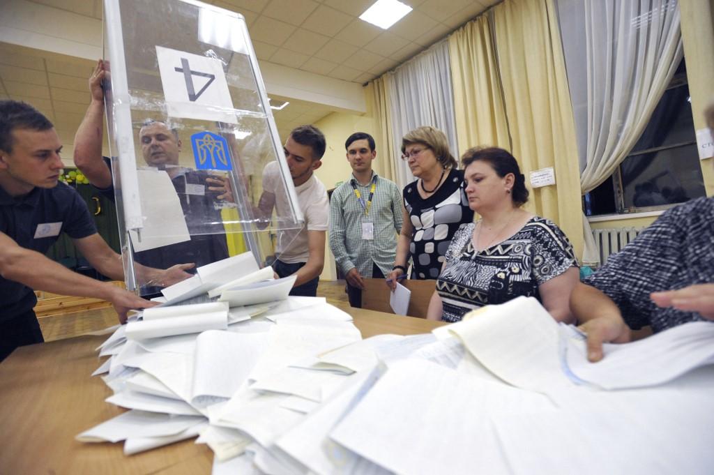 Ukraine: vers une majorité absolue au Parlement du parti du président Zelensky