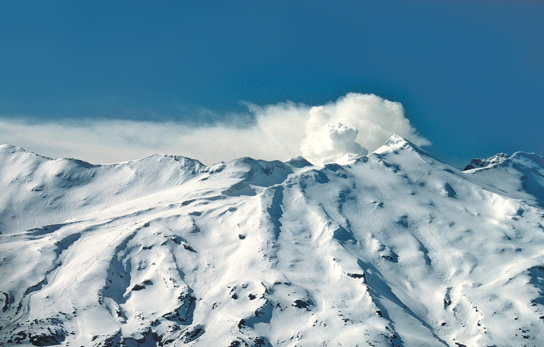 L'énorme massif du Ruapehu (2 796 m), durant son éruption de juin 1996. On peut le parcourir en suivant d'innombrables sentiers durant la belle saison.