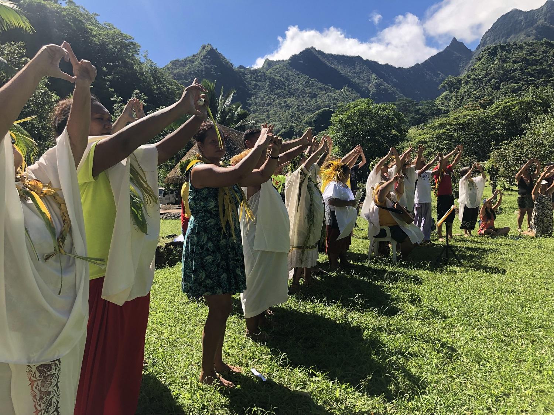 """Une trentaine de personnes ont ainsi participé à une """"cérémonie de communion"""" sur le site de Fare Hape dans la vallée de la Papenoo."""