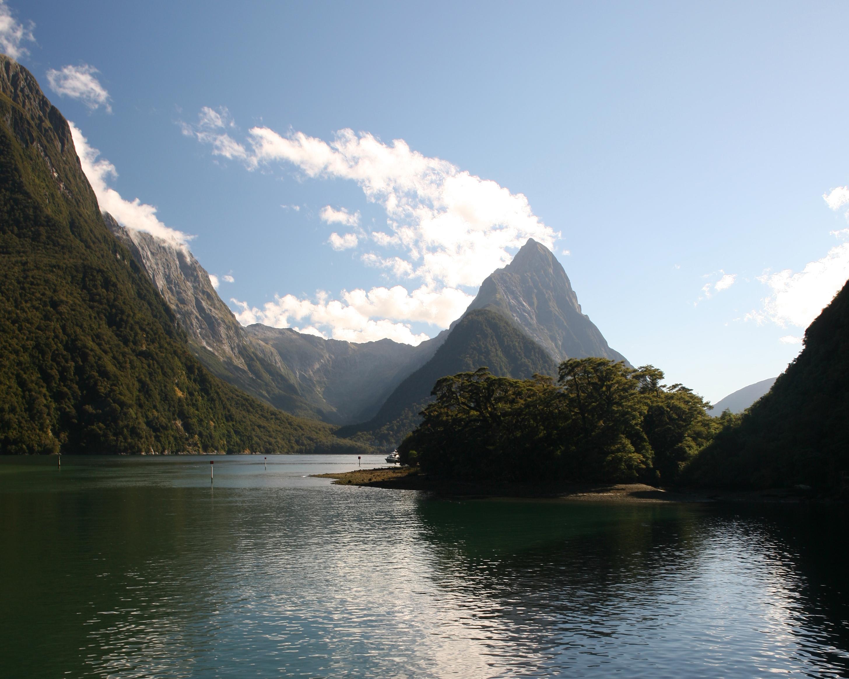 Toute la majesté de Milford Sound, depuis le fond du fjord : la dent du Mitre Peak culmine à 1 692 m au-dessus de la mer…