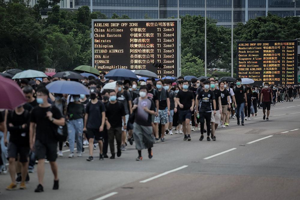 Tous les vols annulés à Hong Kong, Pékin muscle son discours