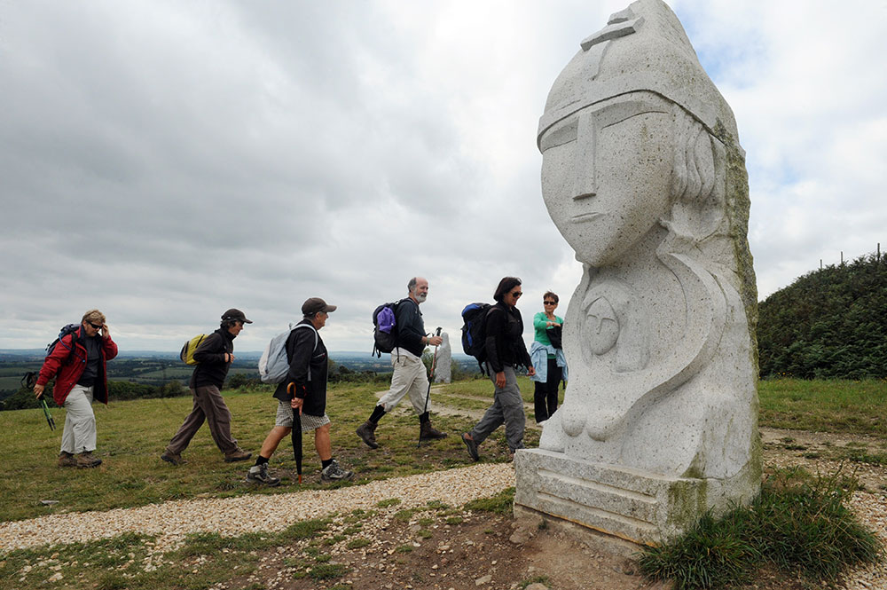 Sculpture : en Bretagne, la Vallée des Saints officiellement jumelée avec l'île de Pâques