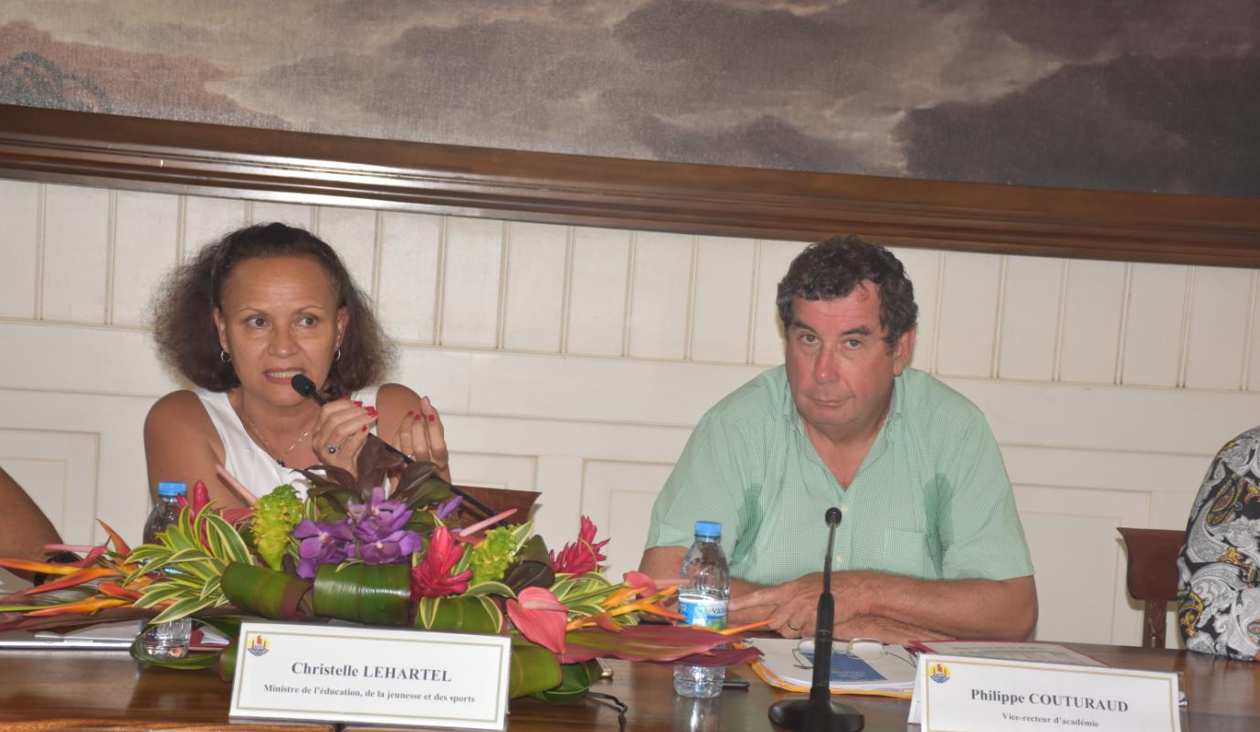 La ministre de l'Education de la Jeunesse et des Sports, Christelle Lehartel et le vice-recteur de la Polynésie, Philippe Couturaud.