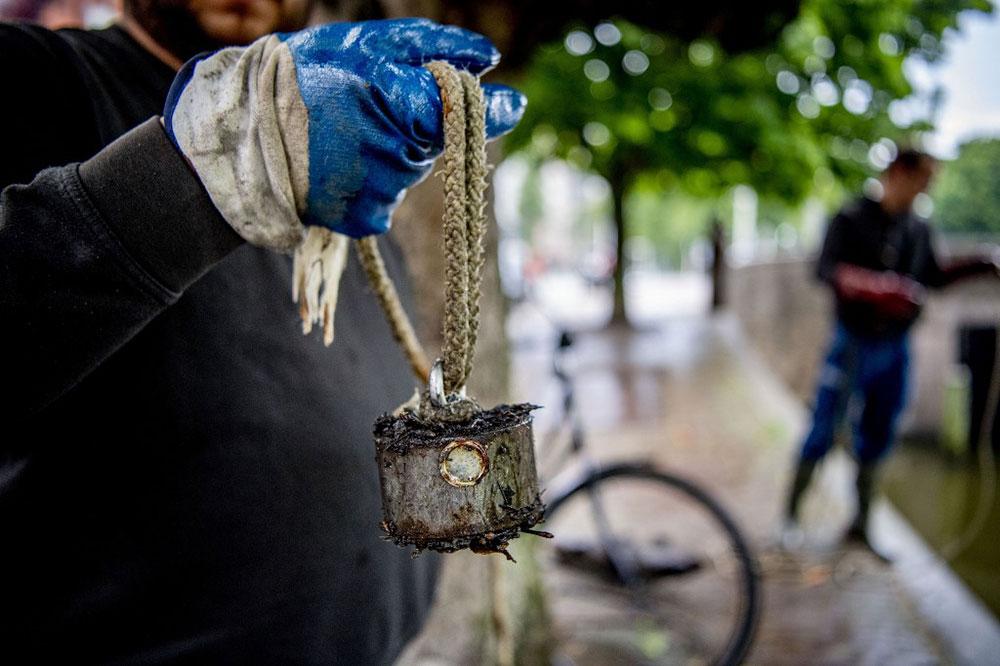 """La pêche à l'aimant, loisir en vogue qui """"dépollue"""" les rivières mais inquiète les autorités"""