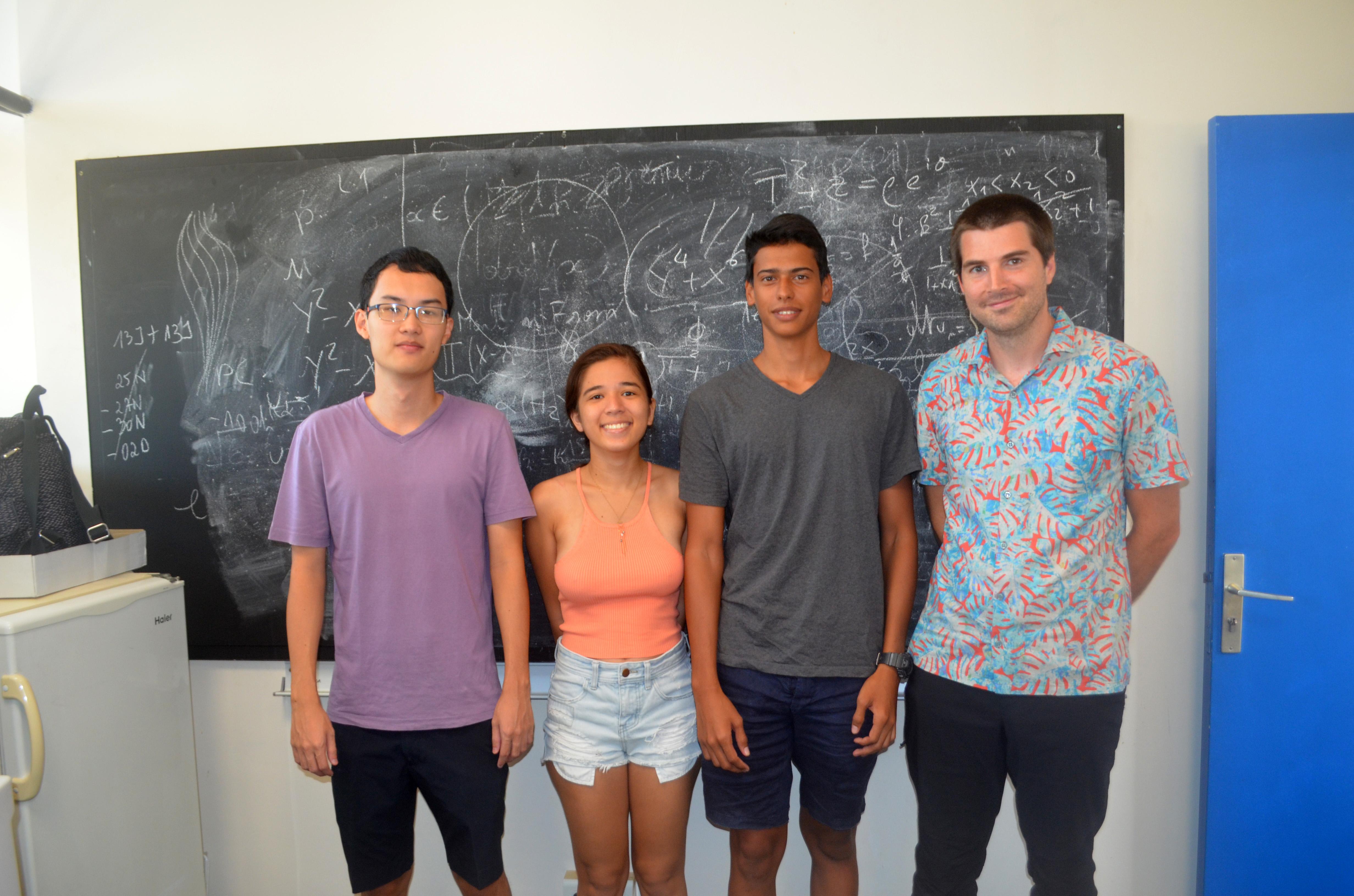 Bryce, Maruata, Mauna avec leur professeur Gaëtan Bisson. Les autres élèves sont déjà partis. Crédit UPF.