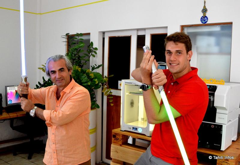 Valérian a profité de son passage à Tahiti pour livrer le sabre commandé par Michel Mutlu, gérant de l'entreprise spécialisée en imprimantes 3D ideOkub. Quand ce dernier avait découvert le projet de Valérian, il l'avait soutenu financièrement et lui avait ouvert l'accès à ses imprimantes pour développer ses prototypes.
