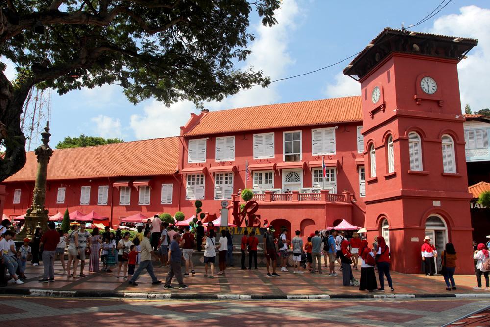 Au centre de Malacca, le Stadthuys, avec sa tour horloge ; ce fut le site névralgique du port à l'époque de la colonisation hollandaise ; le bâtiment est aujourd'hui un musée historique.
