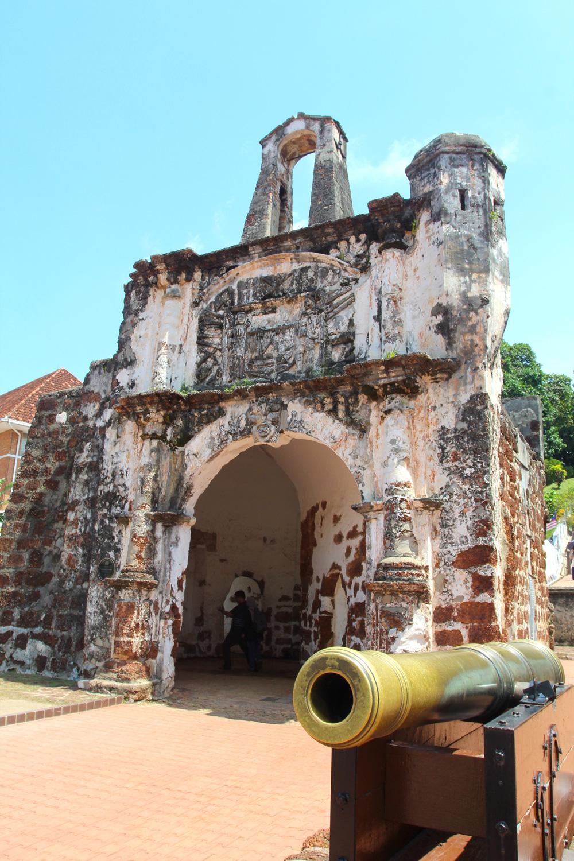 La Porta de Santiago de la forteresse portugaise A Famosa, l'une des rares ruines témoignant de la présence portugaise dans la cité portuaire.