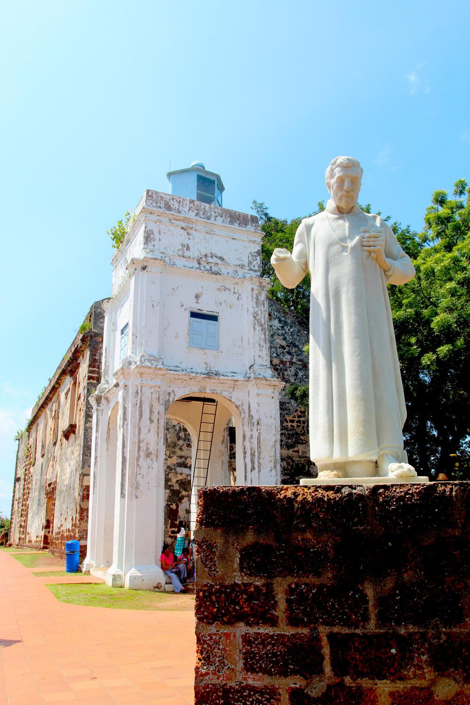 Les ruines de l'église de la Mère-de-Dieu et la statue (plus récente) de Saint François Xavier qui vécut ici quelques années.