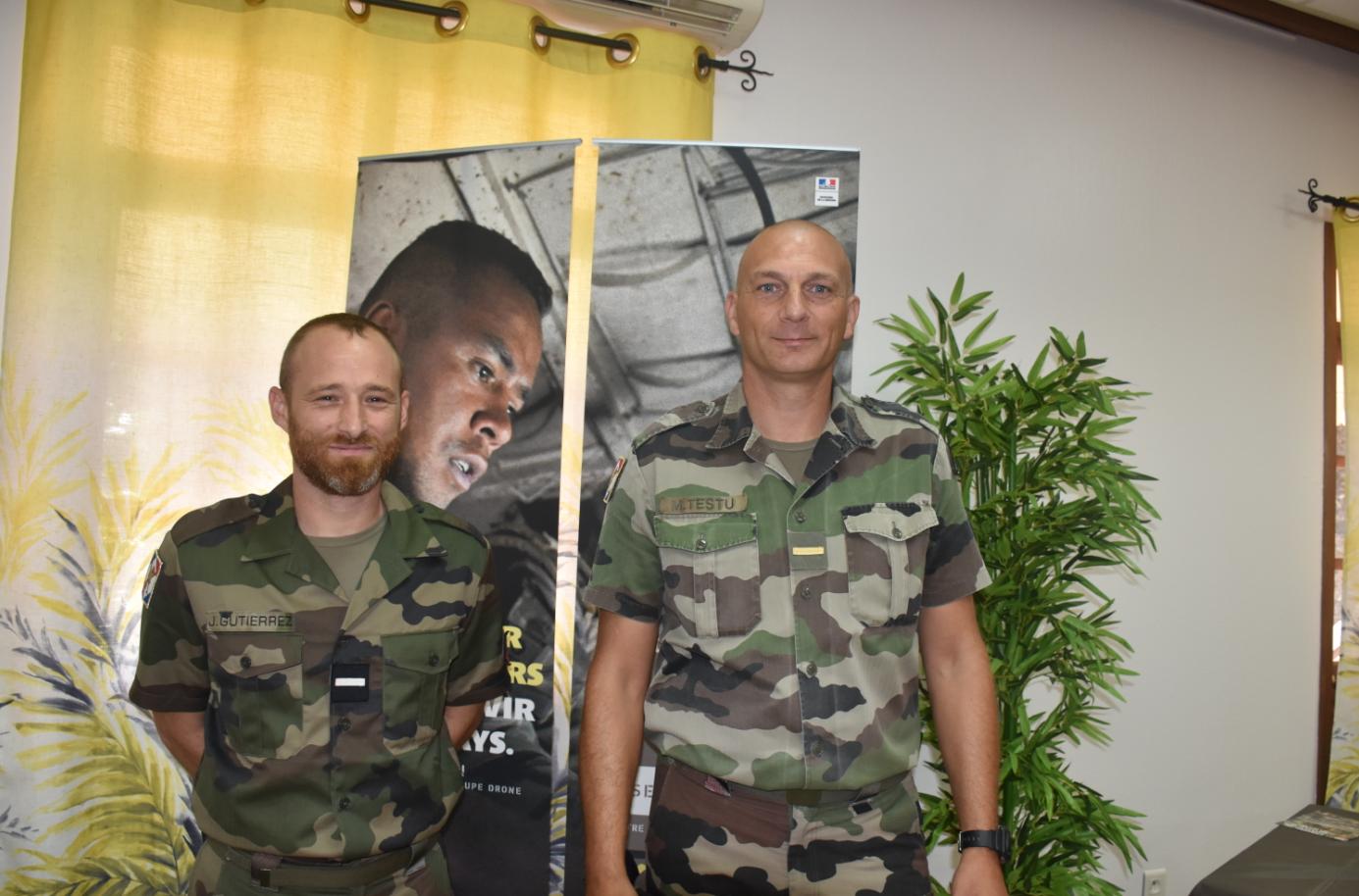 -L'adjudant Julien, adjoint chef du bureau du recrutement de l'Armée de terre et l'adjudant-chef  Mickael Testu, chef du bureau du recrutement de l'Armée de terre.