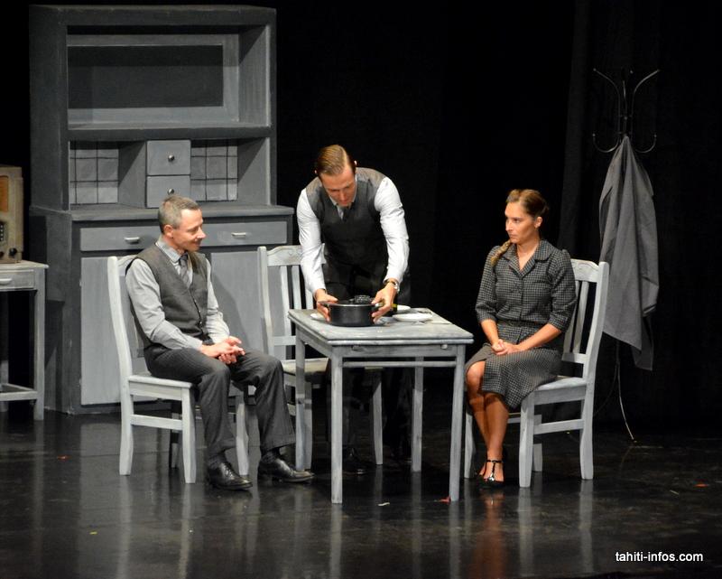 L'essentiel de la pièce se déroule dans un huis-clos entre Joseph Haffman et le couple Pierre et Isabelle, avant que n'entre l'ambassadeur de l'Allemagne à Paris, Otto Abetz pour un troisième acte à la tension à couper au couteau.
