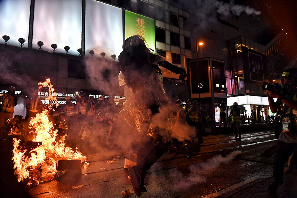 Hong Kong: les manifestants ciblent l'aéroport après un samedi soir de violence
