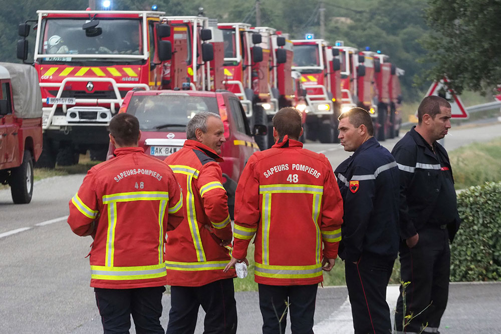Incendie dans l'Hérault: des centaines de maisons évacuées ou protégées par les pompiers