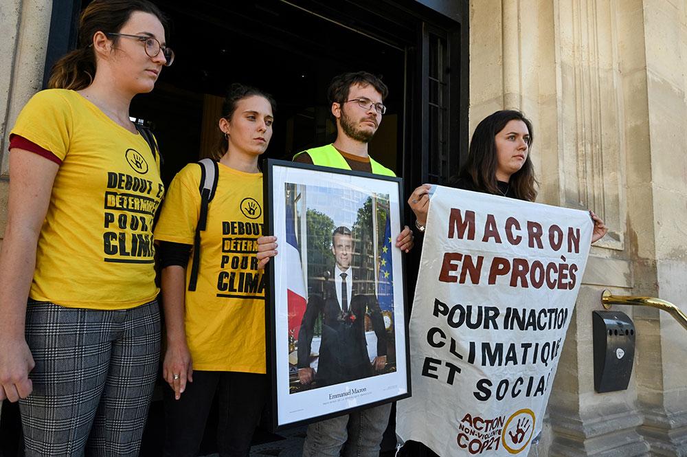 Portraits de Macron décrochés: un rassemblement et un nouveau décrochage pendant le procès à Paris
