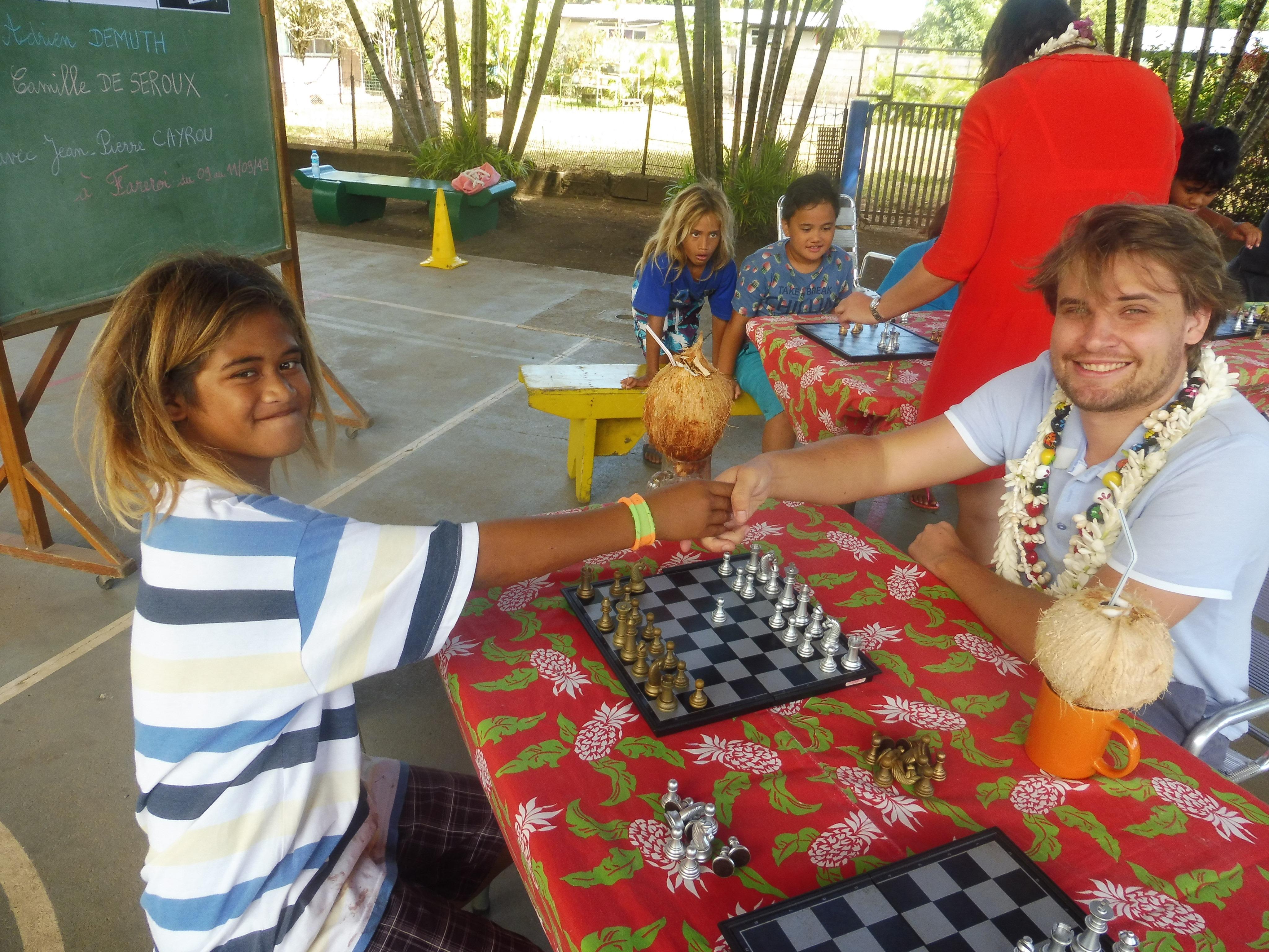 Le jeune Jacky, 10 ans, est l'un des meilleurs joueurs d'échecs de Fareroi. Il a tenu à défier Adrien pour une partie.