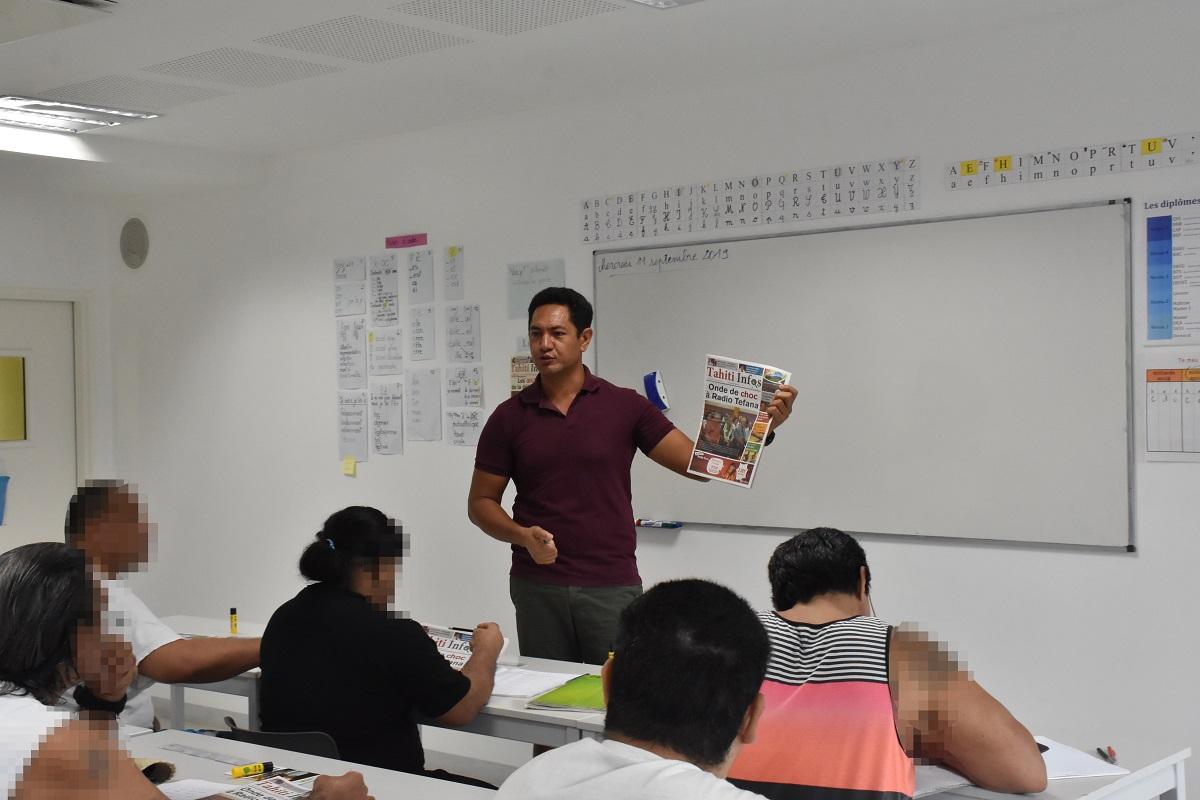 Yannick Harua, l'un des enseignants détaché au centre de détention de Papeari, commence son cours en invitant chacune de ses élèves à lire un titre à la Une du journal.