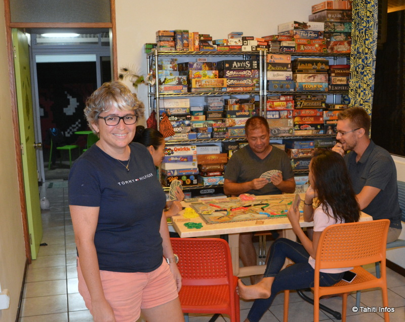 Soizick Toroczkoy, l'organisatrice de l'événement, a réuni des fans de jeux de société. Ils se sont rassemblés pour un marathon de 24 heures.