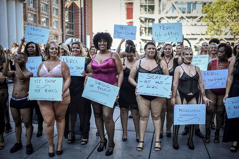 """Les rondes et autres mannequins atypiques défilent à Paris pour le """"body positive"""""""