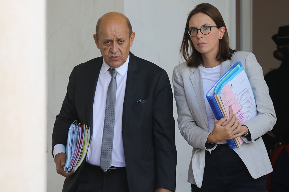 Plainte contre Le Drian de familles de femmes et enfants de jihadistes retenus en Syrie