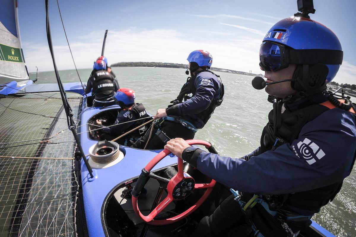 Billy Besson à la barre du bateau français. Le skipper dirige le bateau grâce à 5 boutons et cinq pédales qui commandent des systèmes hydrauliques et électriques. (Photo : Eloi Stichelbaut/Sail GP)